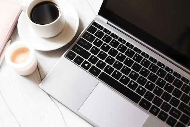 Ноутбук и чашка кофе.
