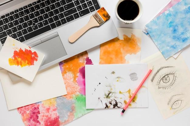 ノートパソコンとアーティストのペイントツール