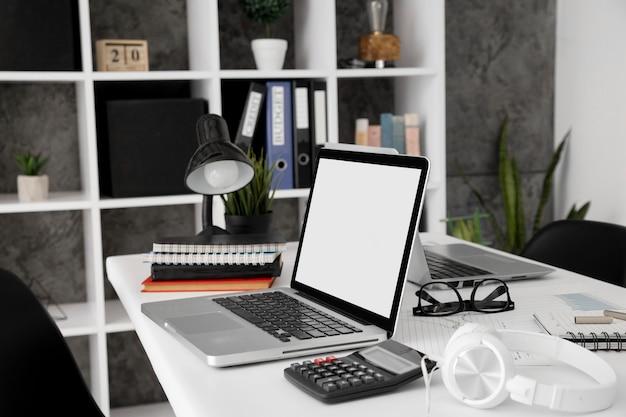 ノートパソコンとオフィスデスクの電卓