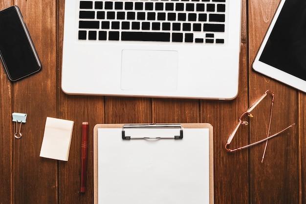 Ноутбук и контрольный список на столе
