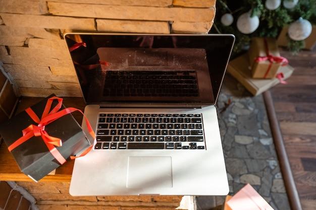 오래된 목조 주택에 있는 노트북과 크리스마스 트리