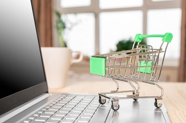노트북 및 식료품 트롤리. 온라인 쇼핑 개념.