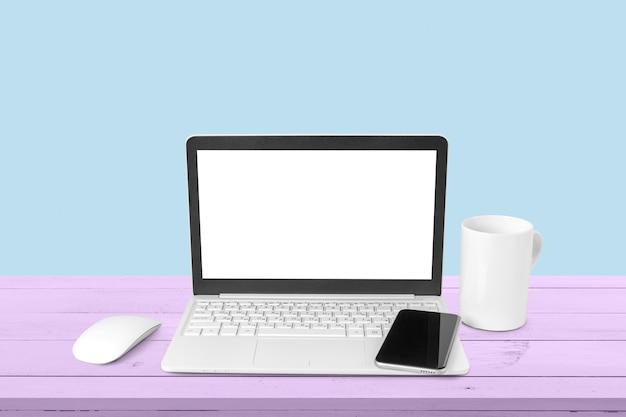 Ноутбук и мобильный на столе