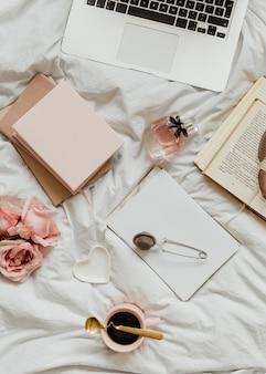 여자 침대에 노트북과 노트북