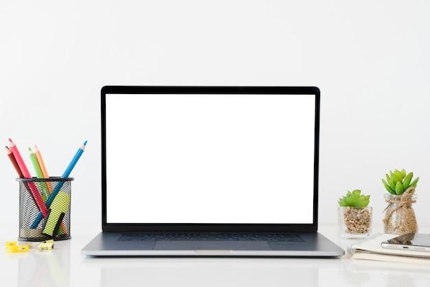 노트북과 연필 배열