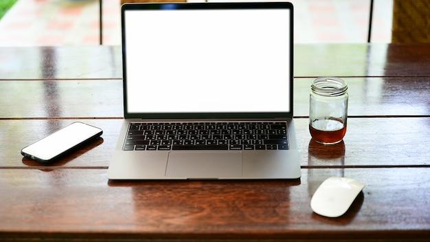 ノートパソコンとスマートフォンのテーブルに空白の画面