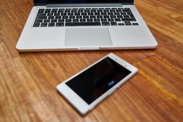 Ноутбук и смартфон