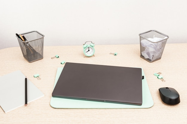 Мониторинг ноутбука и времени с канцелярскими товарами