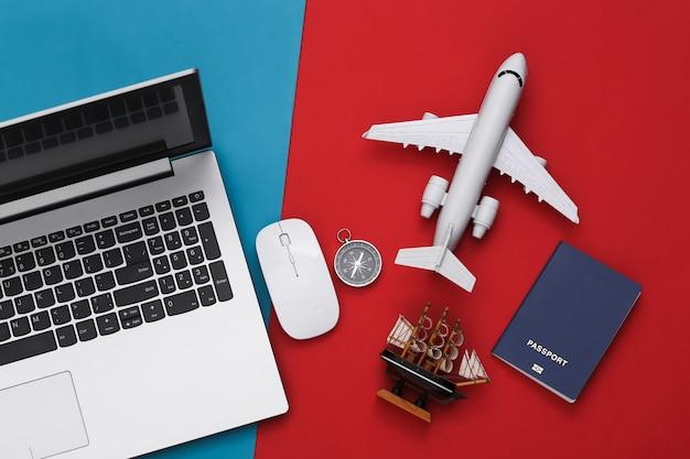 ノートパソコンと旅行用品。旅行のコンセプトを計画する上面図フラットレイ