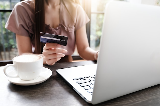 Бланк ноутбука для макета концепции электронной коммерции с оплатой денег