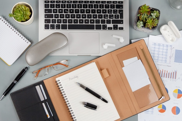 회색 책상 위에 노트북, 휴대 전화 및 의제보기