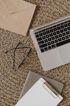 Ноутбук, буфер обмена, конверт на ротанге