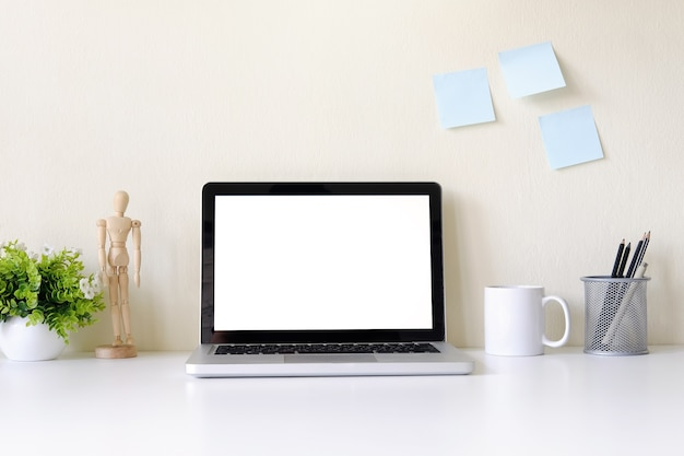 ワークスペースにノートパソコンのコンピュータの空白の画面。