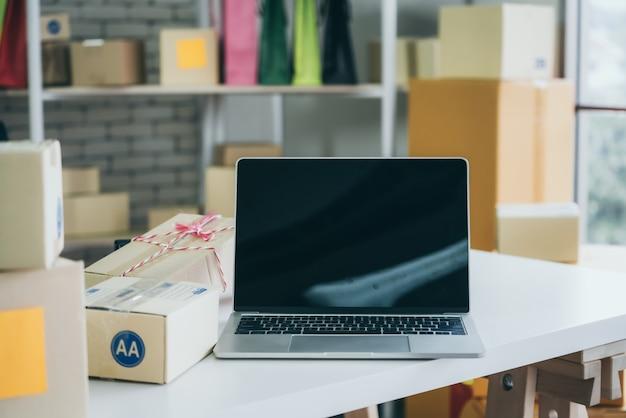백그라운드에서 배송 상자와 노트북 컴퓨터 빈 화면
