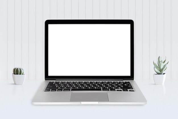 机の上のラップトップコンピューターの白い画面