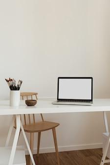 テーブルの上の空白の画面とラップトップコンピューター