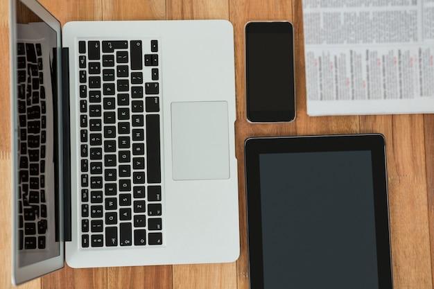 Ноутбук, цифровой планшет, мобильный телефон и газета