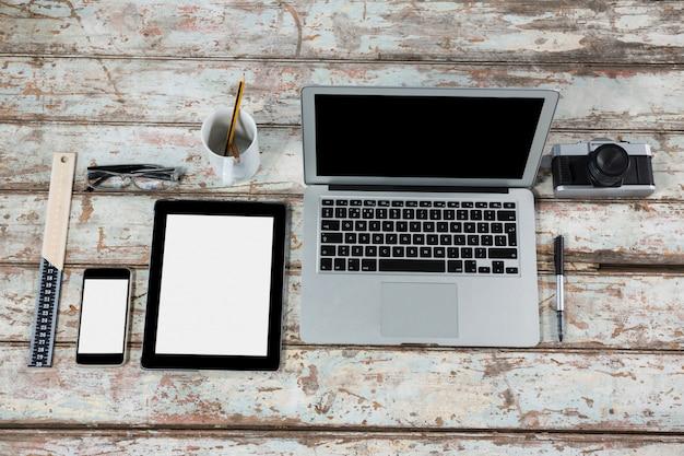 사무실 액세서리가 장착 된 노트북, 디지털 태블릿, 스마트 폰 및 카메라