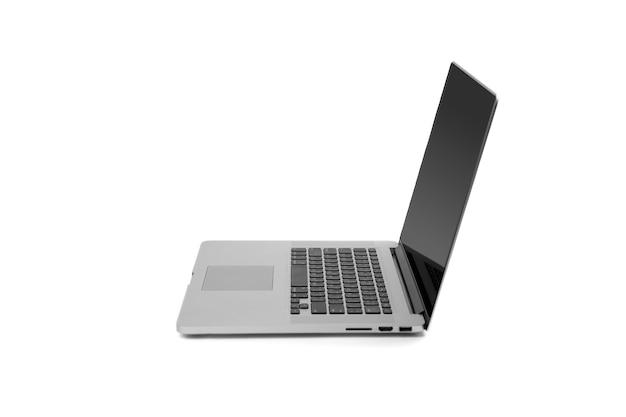 Ноутбук серый металлический серебристый цветной ноутбук рядом с открытой крышкой на белом фоне. обтравочный контур.