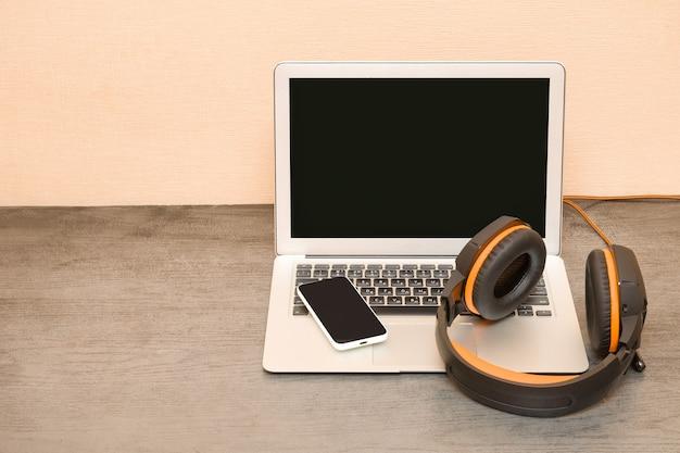ノートパソコン、ヘッドフォン、スマートフォン