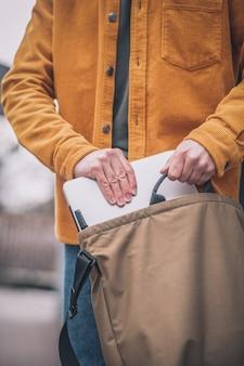 가방에 노트북입니다. 닫기 최대 망 손 가방에 노트북을 넣어