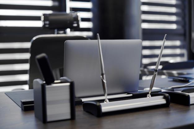Ноутбук на рабочем месте в офисе