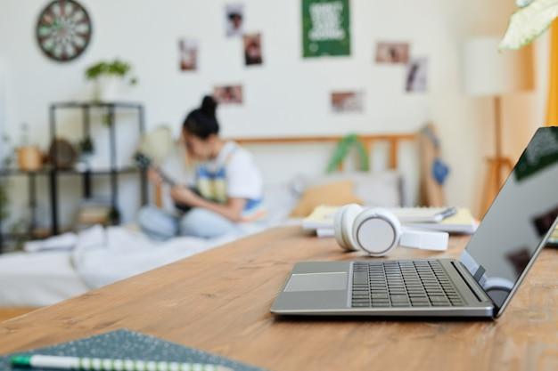 Ноутбук в подростковой спальне