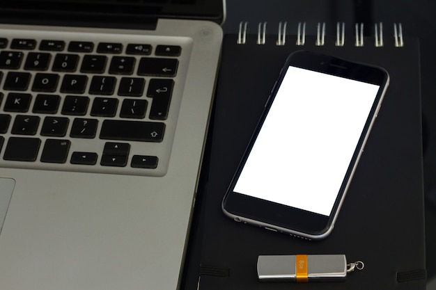 ノートパソコンのキーボードと電話