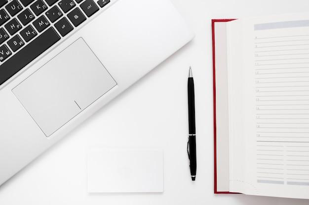 ノートパソコンのキーボード、ペン、ノート