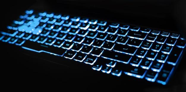 파란색 led 백라이트가 있는 노트북 키보드. 개념 - 인터넷 액세스, 작업 공간.