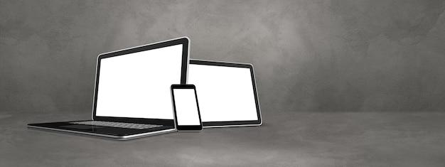 Ноутбук, мобильный телефон и цифровой планшетный пк на бетонной офисной сцене