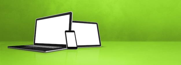 Ноутбук, мобильный телефон и цифровой планшетный пк на зеленом офисном столе. фон баннера. 3d иллюстрации