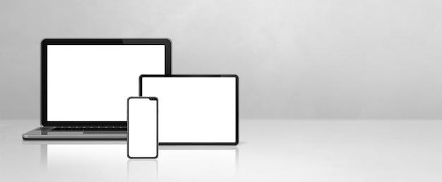 노트북, 휴대 전화 및 흰색 콘크리트 사무실 책상에 디지털 태블릿 pc. 배너 배경. 3d 일러스트레이션