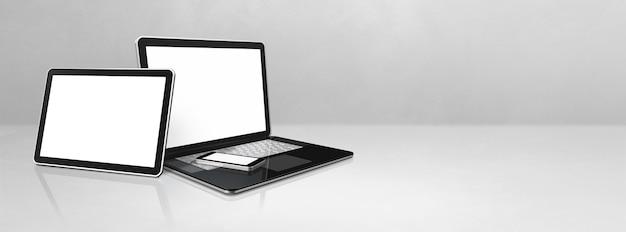 Ноутбук, мобильный телефон и цифровой планшетный пк на белом бетонном офисном столе. фон баннера. 3d иллюстрации