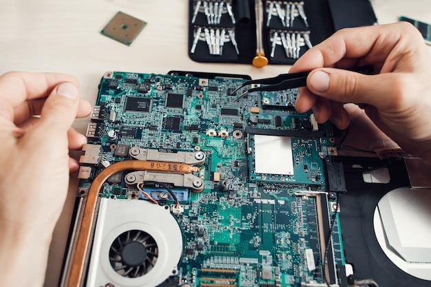 ノートパソコンのマザーボードの改修 Premium写真