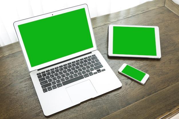 태블릿 및 스마트 폰 옆에있는 노트북