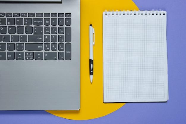 Ноутбук, блокнот с ручкой на цветной бумаге