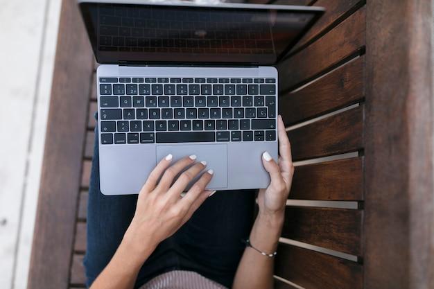 Ноутбук на скамейке