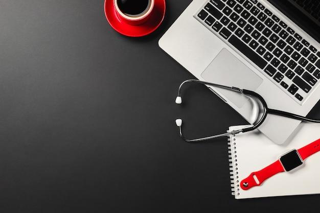Ноутбук на черном рабочем столе с чашкой кофе, телефоном и знаком wifi работает в социальных сетях top v