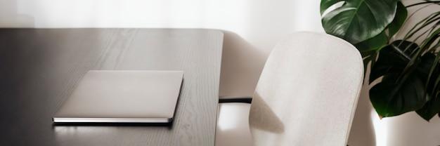 Ноутбук на черном столе