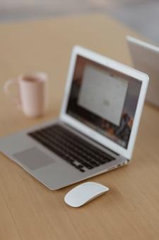 나무 책상에 노트북