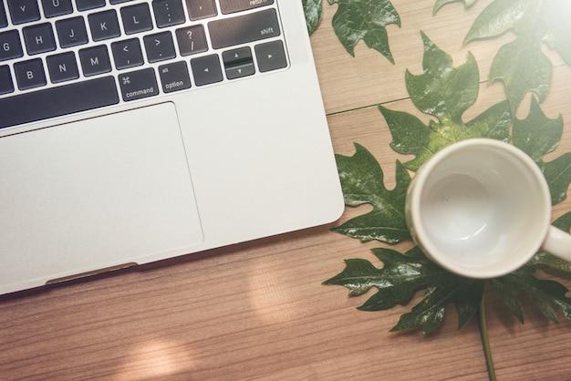 나무 테이블과 커피 한 잔에 노트북