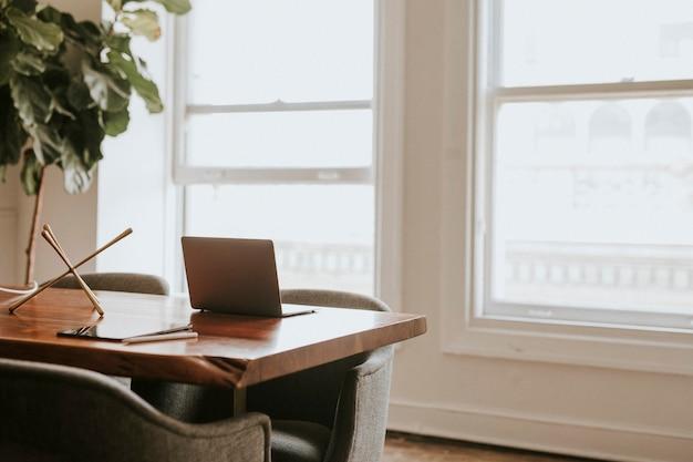 会議室の木製テーブルの上のラップトップ