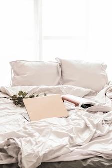 Ноутбук на кровати