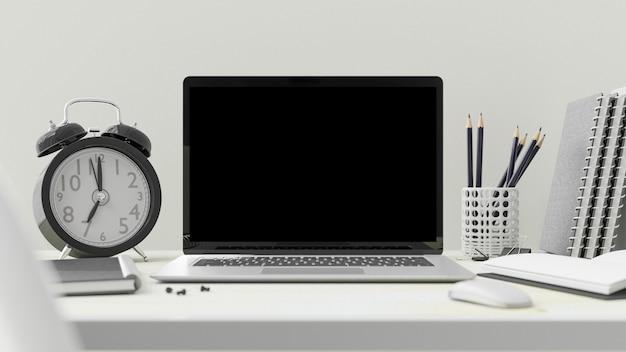 사무실에서 책상에 노트북입니다. 텍스트에 대한 컴퓨터 모형.