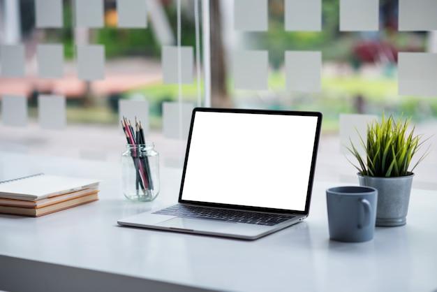 机の上のラップトップ