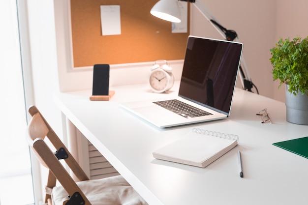 Ноутбук на интерьер офисного стола. стильный макет рабочего места.