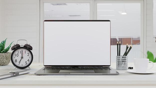 ノートブック、コーヒーカップのテーブル作業机の上のノートパソコン。