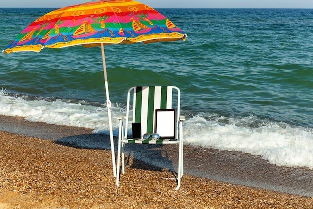 Ноутбук на пляже, загорать, телефон с ноутбуком, техника под зонтиком, кресло, зонт, пляжный отдых, черное море, солнечный день, путешествия