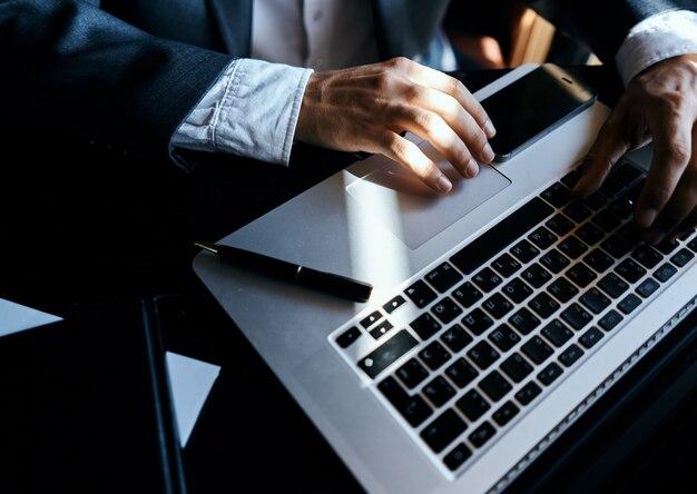 技術コミュニケーションの公式のペンでテーブルの実業家のラップトップ